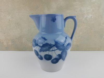 Porcelánový džbán s dekorem modrých třešní